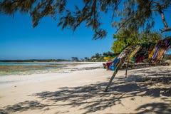 Bufandas que se secan en una playa Imagen de archivo libre de regalías