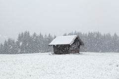 Bufera di neve pesante sopra la vecchia capanna di legno Immagine Stock Libera da Diritti