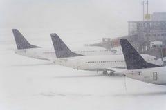Bufera di neve su un aeroporto internazionale Immagini Stock