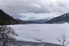 Bufera di neve su un lago della montagna Fotografia Stock