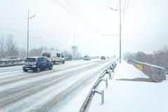 Bufera di neve, visibilità difficile, strade destre e lotti di traffico immagine stock