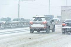 Bufera di neve, visibilità difficile, strade destre e lotti di traffico fotografie stock libere da diritti