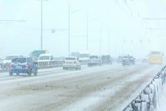 Bufera di neve, visibilità difficile, strade destre e lotti di traffico fotografia stock libera da diritti