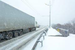 Bufera di neve, visibilità difficile, strade destre e lotti di traffico fotografia stock