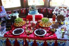 Bufet żartuje urodziny w stylowych piratach, urodzinowy tort, owoc, cukierki, cukierek, makaronowi ciastka obraz stock
