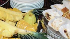 Bufet, ananas i cukierki, jesteśmy na stole zdjęcie wideo