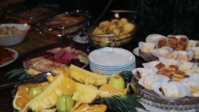 Bufet, ananas i cukierki, jesteśmy na stole zbiory wideo