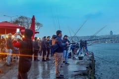 Bufet Bosphorus Uskudar Istanbuł & rybacy zdjęcia stock