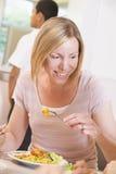 bufet cieszyć się jej lunch nauczycielki zdjęcie royalty free