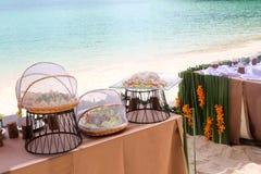 Bufet na plaży, Kreskowy ustawianie dla lunchu przy tropikalnym obrazy royalty free