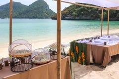 Bufet na plaży, Kreskowy ustawianie dla lunchu przy tropikalnym obraz royalty free