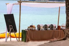 Bufet na plaży, Kreskowy ustawianie dla lunchu przy tropikalnym obraz stock