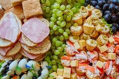 Bufet przekąski kanapki ryby smaku tablecloth stołu świętowania salami serowa taca zdjęcia stock