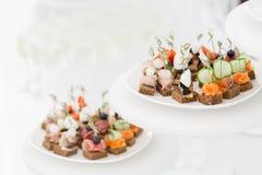 Bufet przy przyjęciem Asortyment canapes Bankiet usługa Cateringu jedzenie obraz royalty free