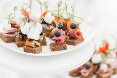 Bufet przy przyjęciem Asortyment canapes Bankiet usługa Cateringu jedzenie obrazy royalty free