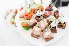 Bufet przy przyjęciem Asortyment canapes Bankiet usługa Cateringu jedzenie obraz stock