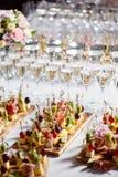 Bufet przy przyjęciem Szkła wino i szampan Asortyment canapes na drewnianej desce Bankiet usługa zdjęcia royalty free