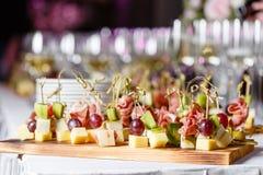 Bufet przy przyjęciem Szkła wino i szampan Asortyment canapes na drewnianej desce Bankiet usługa obraz stock
