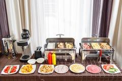 Bufet tac gorący przygotowywający dla usługa Śniadanie w hotelowym smorgasbord Talerze z różnym jedzeniem fotografia stock
