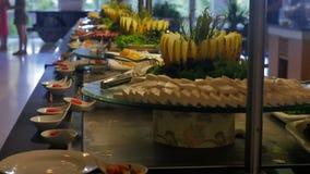 Bufet w hotelu, restauracja Ludzie iść stół i podnoszą up jedzenie, sery zdjęcie wideo