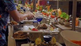 Bufet w luksusowej restauraci z ryba, przekąskami i warzywami, Świętowania pojęcie, jedzenie zdjęcie wideo