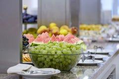 Bufet z owoc 2 i deserami zdjęcia royalty free
