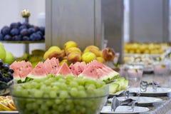Bufet z owoc 1 i deserami zdjęcia stock