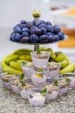 Bufet z owoc 6 i deserami zdjęcia royalty free