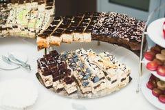 Bufet z różnorodność wyśmienicie cukierkami, karmowi pomysły, świętowanie obrazy stock