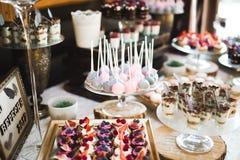 Bufet z różnorodność wyśmienicie cukierkami, karmowi pomysły, świętowanie fotografia stock