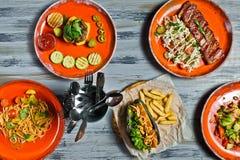 Bufeta grilla Karmowego Mięsnego lunchu menu bankieta pojęcia Restauracyjny hot dog, grill wieprzowiny ziobro, stek, Carbonara pa fotografia stock