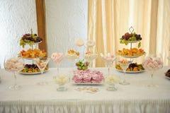 Bufeta stół dla gości przy świętowaniem, cukierku bar Zdjęcia Stock