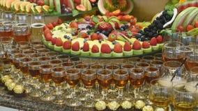 Bufete colorido do casamento do fruto tropical video estoque