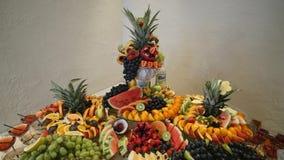 Bufete colorido do casamento do fruto tropical vídeos de arquivo