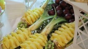 Bufete colorido do fruto tropical com bebidas filme