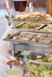 Bufete com as bandejas de alimento em um evento imagens de stock royalty free
