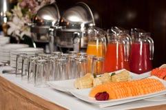Bufete com frutos e sucos Fotografia de Stock