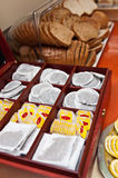 Bufete com saquinhos de chá sortidos e pão Fotos de Stock Royalty Free
