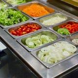 Bufete de ensaladas con las verduras en el restaurante, comida sana Fotografía de archivo