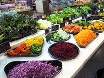 Bufete de ensaladas con las verduras en el restaurante, comida sana Imagenes de archivo