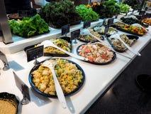 Bufete de ensaladas con las verduras en el restaurante, comida sana Fotografía de archivo libre de regalías