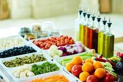Bufete de ensaladas con las verduras en el restaurante, comida sana Imágenes de archivo libres de regalías