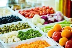 Bufete de ensaladas con las verduras en el restaurante, comida sana Foto de archivo