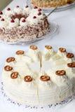 Bufete do bolo com bolos diferentes. Imagem de Stock