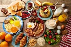 Bufete do café da manhã completamente continental e inglês foto de stock