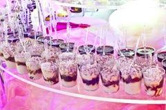 bufete doce em uma tabela cor-de-rosa em um partido Fotografia de Stock