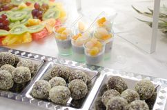 Bufete dos doces e dos frutos Imagem de Stock Royalty Free