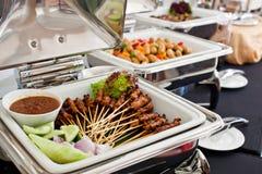 Buffé med Skewered och grillat kött, Satay Royaltyfria Bilder