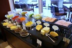 Buffé restaurang, mat, sallad, sköta om som är läckert, parti, garnering, beröm, linje, mål, tabell, matställe, platta, händelse, Arkivbild