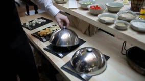 buffét i restaurangen Tjäna som den snittosten och korven på en platta lager videofilmer